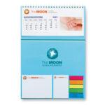 Calendario con notas adhesivas